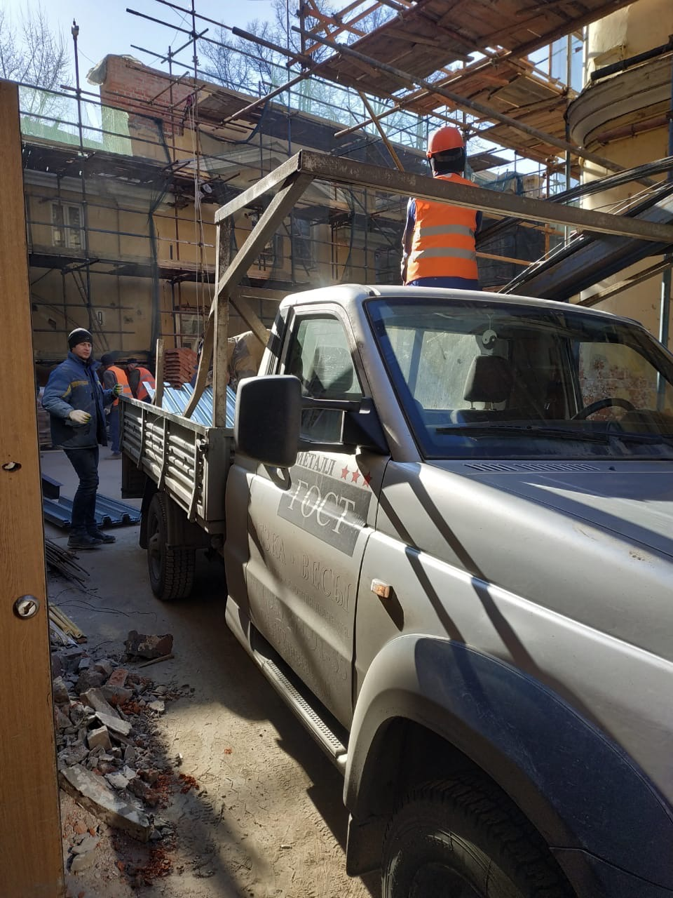 Реставрация усадьбы на Малой Полянке- разгрузка металлопроката